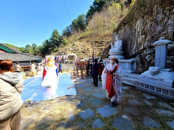 춘천 모란산 부흥사(주지 법선스님)는 8일 신축년 봄맞이 영산대재를 봉행하고 코로나19 극복과 국태민안을 기원했다.